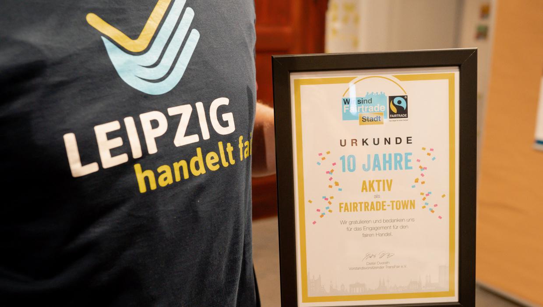 T-Shirt Leipzig handelt fair und Urkunde der Auszeichnung